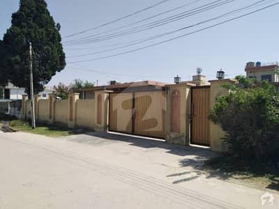 آفیسرز کالونی واہ میں 7 کمروں کا 1.65 کنال مکان 9 کروڑ میں برائے فروخت۔