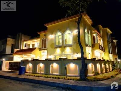 Luxurious 1 Kanal Corner House For Sale