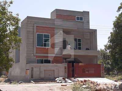 ایل ڈی اے ایوینیو لاہور میں 5 کمروں کا 10 مرلہ مکان 1.8 کروڑ میں برائے فروخت۔