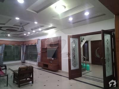 ستیانہ روڈ فیصل آباد میں 6 کمروں کا 1 کنال مکان 3.25 کروڑ میں برائے فروخت۔
