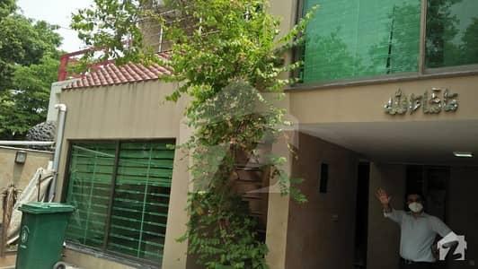 ماڈل ٹاؤن لاہور میں 4 کمروں کا 10 مرلہ مکان 3.5 کروڑ میں برائے فروخت۔