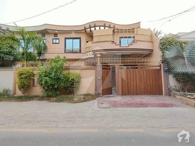 ملتان پبلک سکول روڈ ملتان میں 4 کمروں کا 9 مرلہ مکان 1.2 کروڑ میں برائے فروخت۔