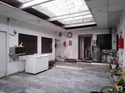 مین مارکیٹ گلبرگ لاہور میں 1 کمرے کا 2 مرلہ کمرہ 9 ہزار میں کرایہ پر دستیاب ہے۔