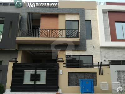 لیک سٹی - سیکٹر M7 - بلاک سی لیک سٹی ۔ سیکٹرایم ۔ 7 لیک سٹی رائیونڈ روڈ لاہور میں 4 کمروں کا 5 مرلہ مکان 1.3 کروڑ میں برائے فروخت۔