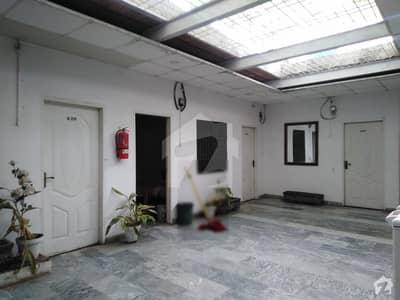 مین مارکیٹ گلبرگ لاہور میں 1 کمرے کا 1 مرلہ کمرہ 7 ہزار میں کرایہ پر دستیاب ہے۔