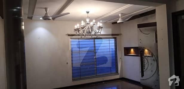 ڈی ایچ اے فیز 8 - بلاک پی ڈی ایچ اے فیز 8 ڈیفنس (ڈی ایچ اے) لاہور میں 4 کمروں کا 10 مرلہ مکان 70 ہزار میں کرایہ پر دستیاب ہے۔