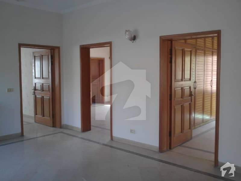 1 Kanal Facing Park Out Class Upper Portion For Rent In Phase 4