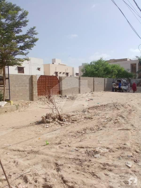 گلستانِ جوہر کراچی میں 1.6 کنال رہائشی پلاٹ 5.25 کروڑ میں برائے فروخت۔