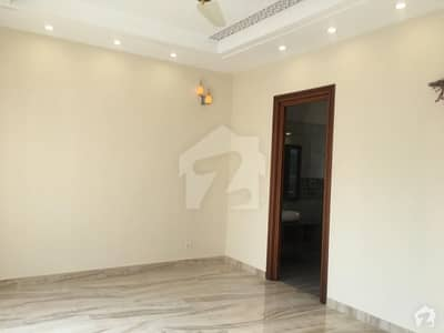 ڈی ایچ اے فیز 8 ڈیفنس (ڈی ایچ اے) لاہور میں 2 کمروں کا 1 کنال زیریں پورشن 55 ہزار میں کرایہ پر دستیاب ہے۔