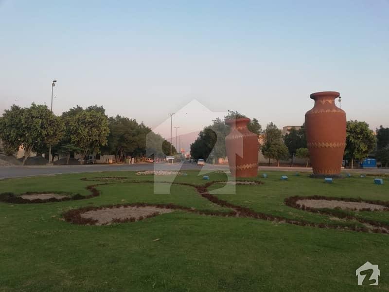 بحریہ ٹاؤن سیکٹرڈی بحریہ ٹاؤن لاہور میں 5 مرلہ کمرشل پلاٹ 2.8 کروڑ میں برائے فروخت۔