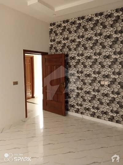 خیابان کالونی 2 فیصل آباد میں 5 کمروں کا 10 مرلہ مکان 1.75 کروڑ میں برائے فروخت۔