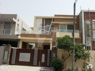 ڈی ایچ اے فیز 8 - بلاک آر ڈی ایچ اے فیز 8 ڈیفنس (ڈی ایچ اے) لاہور میں 4 کمروں کا 10 مرلہ مکان 2.75 کروڑ میں برائے فروخت۔
