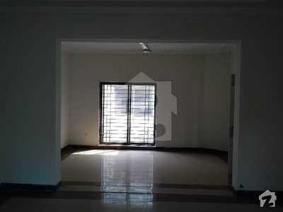1 Kanal Park Facing House Available For Rent