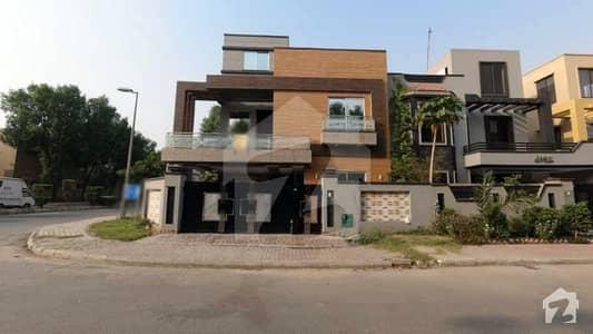 بحریہ ٹاؤن لاہور میں 5 کمروں کا 10 مرلہ مکان 2.5 کروڑ میں برائے فروخت۔