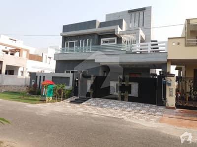ڈی ایچ اے فیز 8 - بلاک آر ڈی ایچ اے فیز 8 ڈیفنس (ڈی ایچ اے) لاہور میں 4 کمروں کا 12 مرلہ مکان 3.1 کروڑ میں برائے فروخت۔
