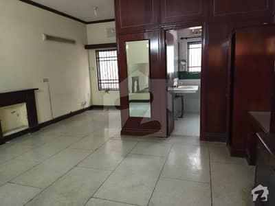 ڈی ایچ اے فیز 2 - بلاک آر فیز 2 ڈیفنس (ڈی ایچ اے) لاہور میں 5 کمروں کا 1 کنال مکان 1.25 لاکھ میں کرایہ پر دستیاب ہے۔