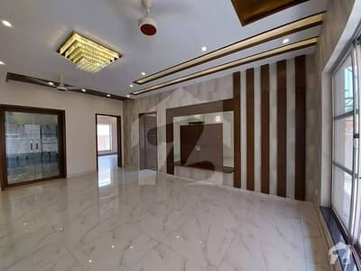 1 Kanal Luxurious Bungalow On 60 Feet Road Nearby Park