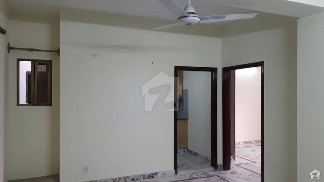 Chakri Road Flat Sized 900 Square Feet For Sale