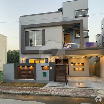 بحریہ ٹاؤن لاہور میں 5 کمروں کا 10 مرلہ مکان 2.2 کروڑ میں برائے فروخت۔