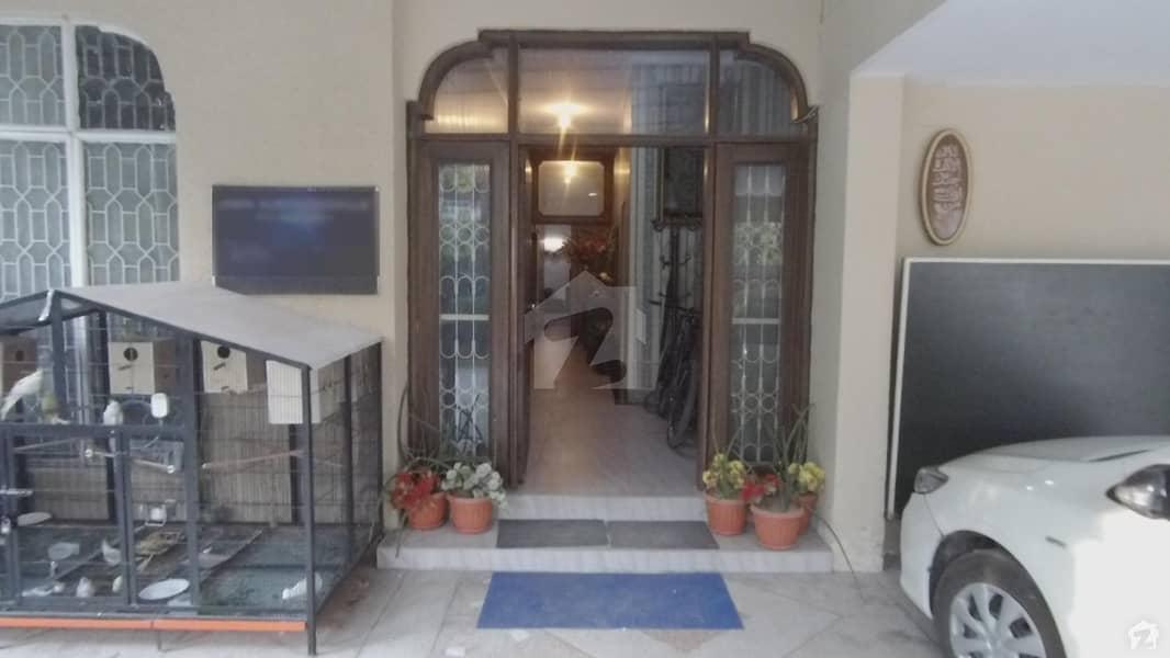 طفیل روڈ کینٹ لاہور میں 7 کمروں کا 1.3 کنال مکان 9.5 کروڑ میں برائے فروخت۔